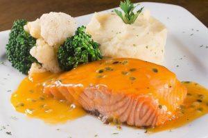Cá hồi áp chảo sốt bơ tỏi